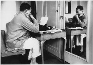 570_Ernest_Hemingway_in_London_at_Dorchester_Hotel_1944_-_NARA_-_192672